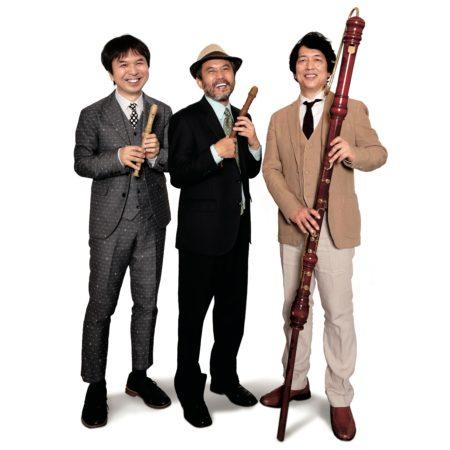 【講師】栗コーダーカルテット/三人でもカルテット、音楽をつくって演奏する三人組 『栗コーダーカルテットのおやこきょうしつミニコンサート』 ピタゴラスイッチのテーマ音楽でもおなじみの栗コーダーカルテット。 リコーダーや身近な楽器を使って演奏する三人組が、かぞくのアトリ エに初登場。こどもとそのお母さん(またはお父さん)がいっしょに楽しめる 、40分ほどの長さの楽しいコンサートです。